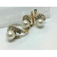 Золотой комплект с бриллиантами и жемчугом: кольцо и серьги